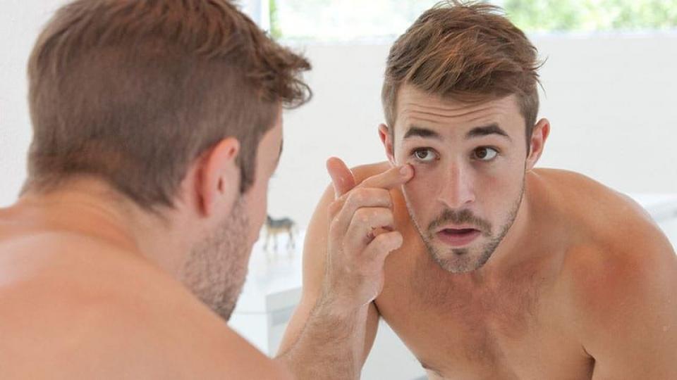 Anche gli Uomini ... quando si svegliano .... si guardano allo specchio
